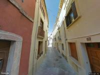 UNE MAISON à usage d'habitation comprenant au RdC pièce ajourée en façade sur rue, pièce aveugle donant accès à droite à deux petite pièces aveugles, WC, petite SdE ainsi q'une autre pièce aveugle ent